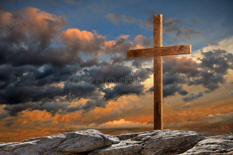 Cruz de madeira no por do sol fotos de stock royalty free