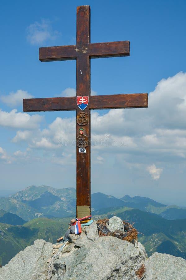 Cruz de madeira sobre o pico de Krivan imagens de stock
