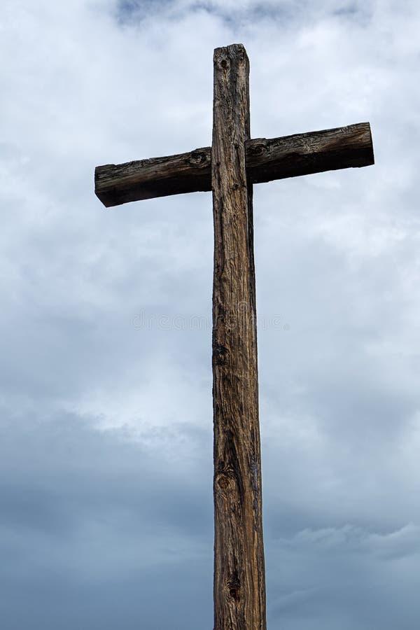 Cruz de madeira velha e céu nebuloso fotos de stock royalty free