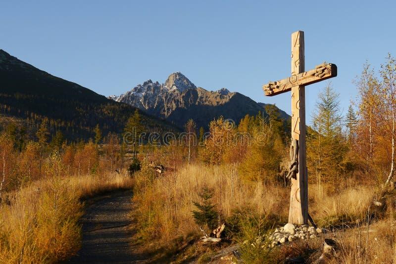 Cruz de madera católica en paisaje del otoño fotografía de archivo libre de regalías