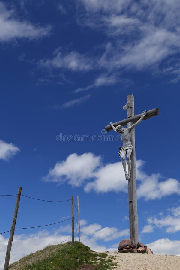 Cruz de madera con Cristo crucificado en Seceda fotografía de archivo libre de regalías