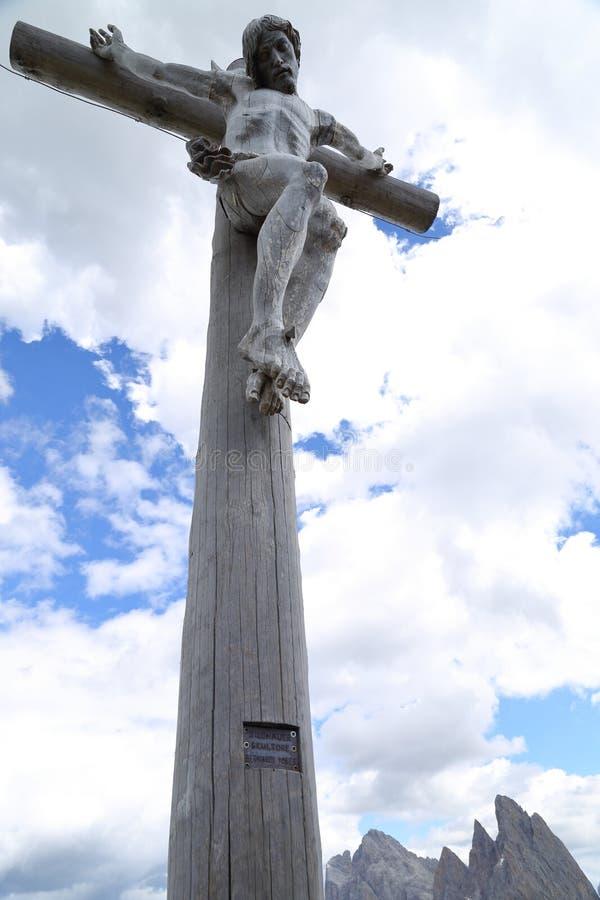 Cruz de madera con Cristo crucificado en Seceda imagenes de archivo
