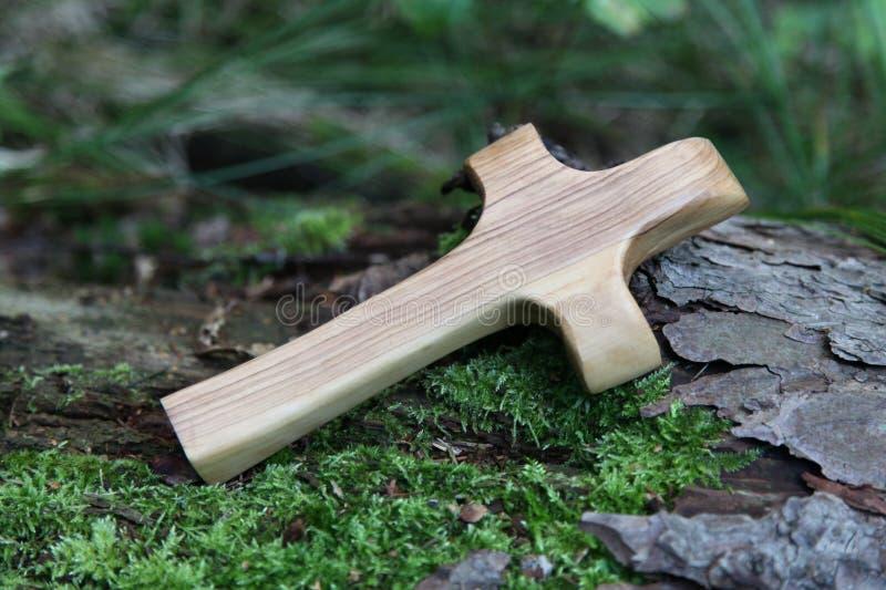 Cruz de madera con el árbol en un fondo natural verde imagen de archivo