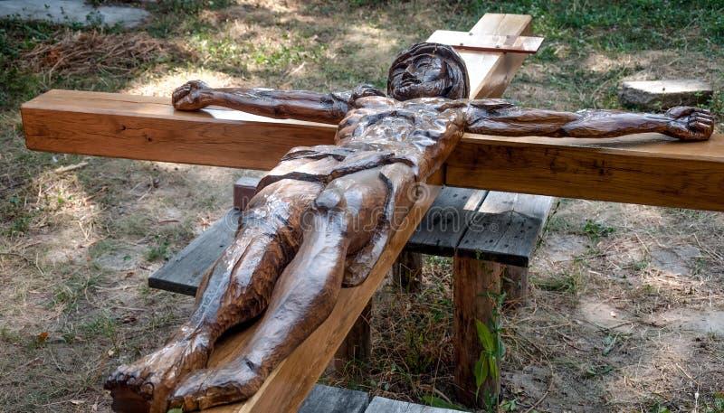 Cruz de madera con Jesus Christ crucificado foto de archivo libre de regalías