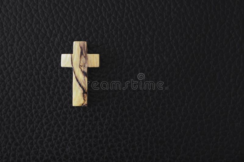 Cruz de madera en fondo negro fotografía de archivo