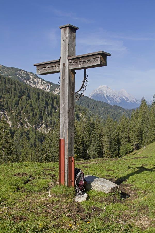 Cruz de madera en Karwendel fotos de archivo