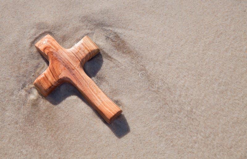 Cruz de madera en la arena - tarjeta para estar de luto imágenes de archivo libres de regalías