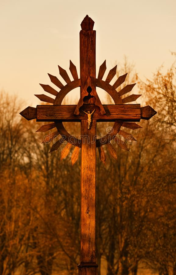 Cruz de madera en la puesta del sol, lugar sagrado en Lituania, fondo de la naturaleza, tinte caliente imágenes de archivo libres de regalías