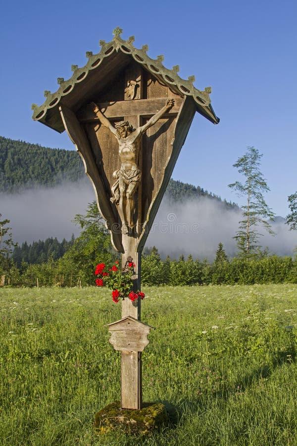 Cruz de madera idílica en Jachenau fotografía de archivo libre de regalías