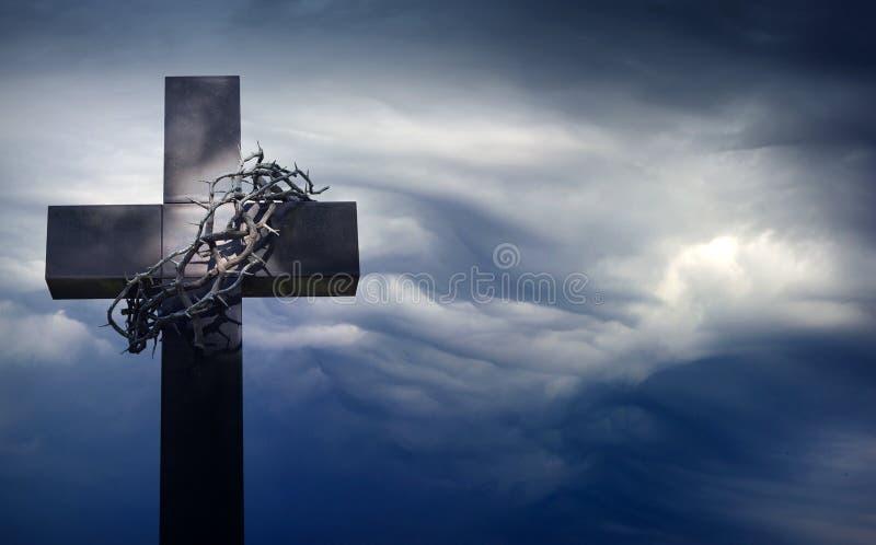 Cruz de Pascua con la corona de espinas contra fondo del extracto del cielo azul con el espacio vacío fotografía de archivo