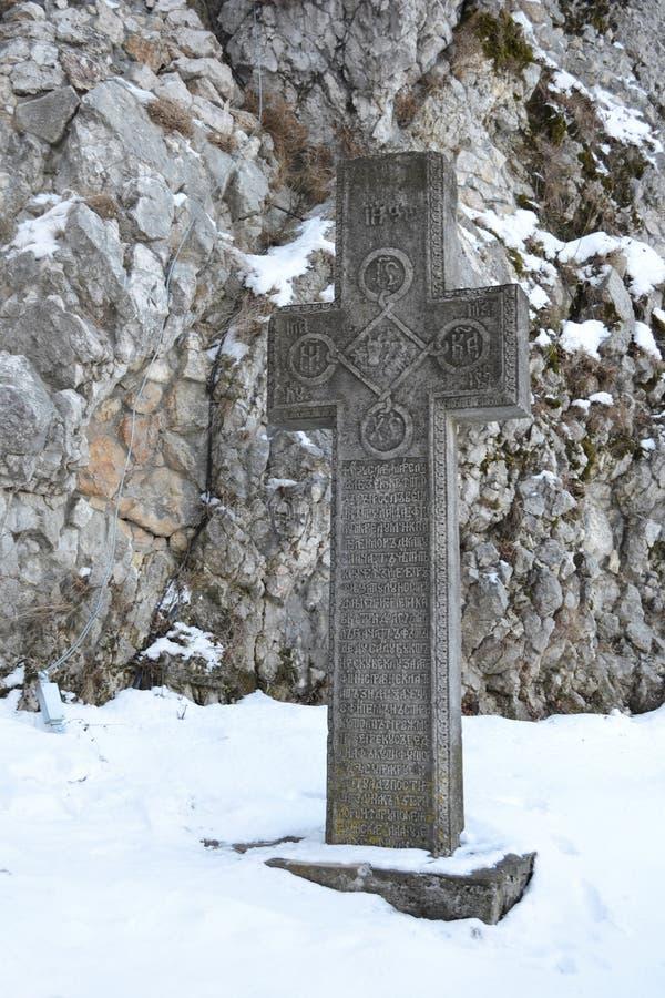 Cruz de pedra inscrita imagem de stock royalty free