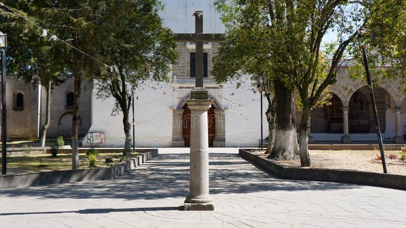 Cruz de pedra na entrada principal de uma igreja foto de stock