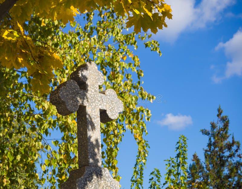 Cruz de pedra no cemitério Domicílio quieto imagem de stock royalty free
