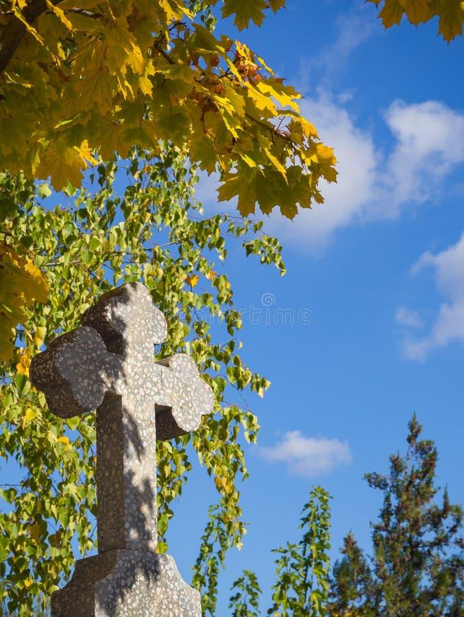 Cruz de pedra no cemitério Domicílio quieto foto de stock royalty free