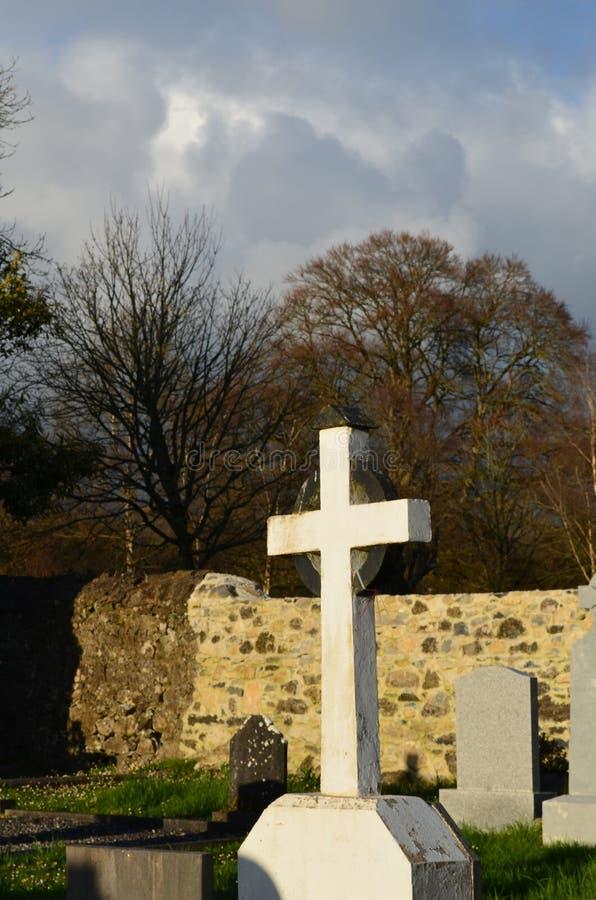 Cruz de piedra blanca en Adare Irlanda fotografía de archivo