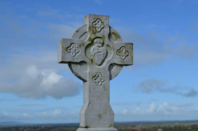 Cruz de piedra contra el cielo imagen de archivo