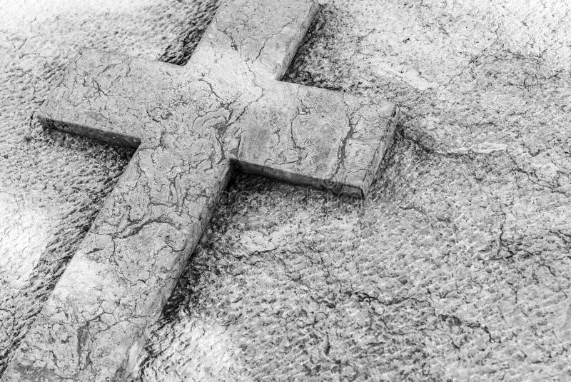Cruz de piedra en la piedra sepulcral gris para el obituario de la muerte fotografía de archivo libre de regalías