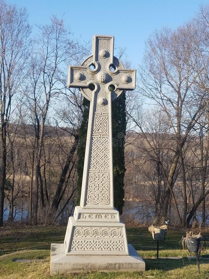 Cruz de piedra grave fotografía de archivo