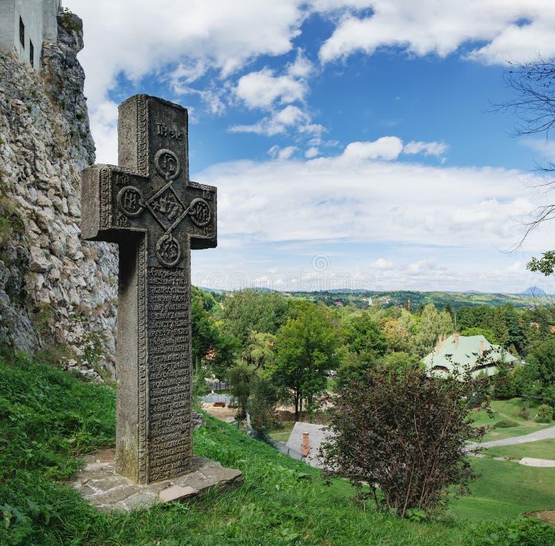Cruz de piedra medieval en el castillo del salvado, Rumania fotografía de archivo