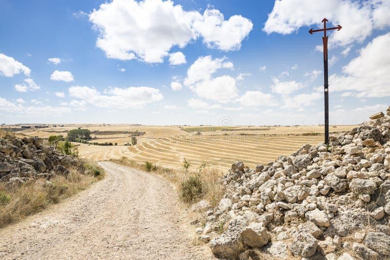 Cruz de Santiago en una carretera nacional en un día de verano entre Hornillos del Camino y Hontanas, Burgos, España foto de archivo
