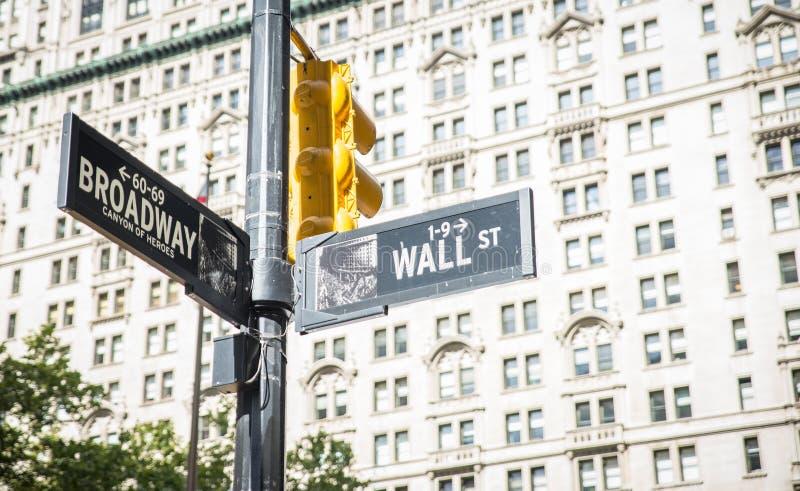 Cruz de Wall Street e de broadway em New York City placas da indicação da rua fotos de stock