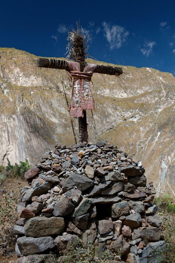 Cruz decorada na garganta de Colca imagem de stock