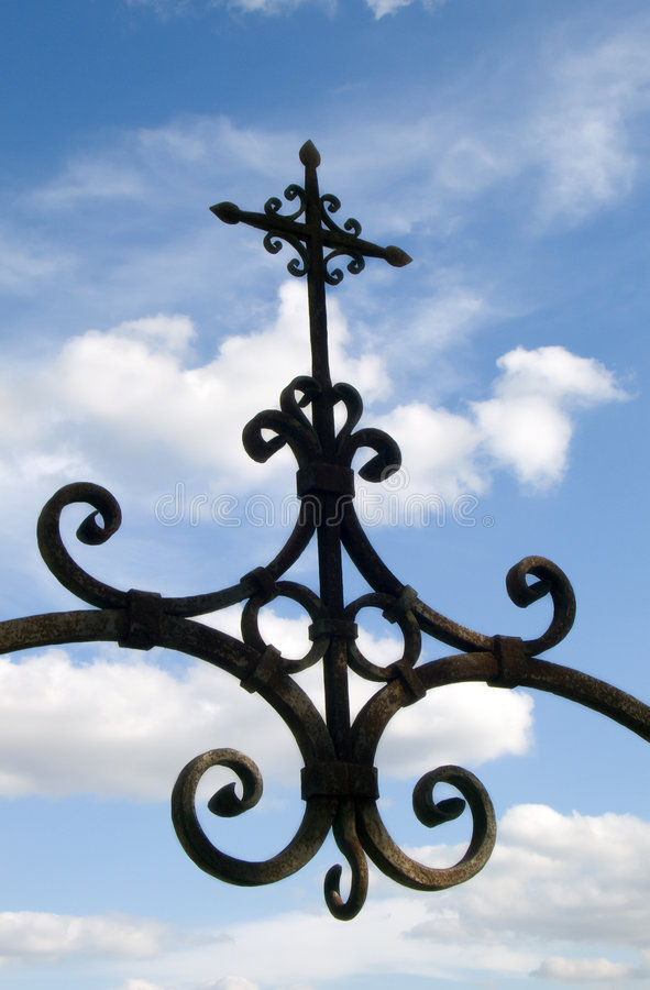 Cruz del hierro imagenes de archivo