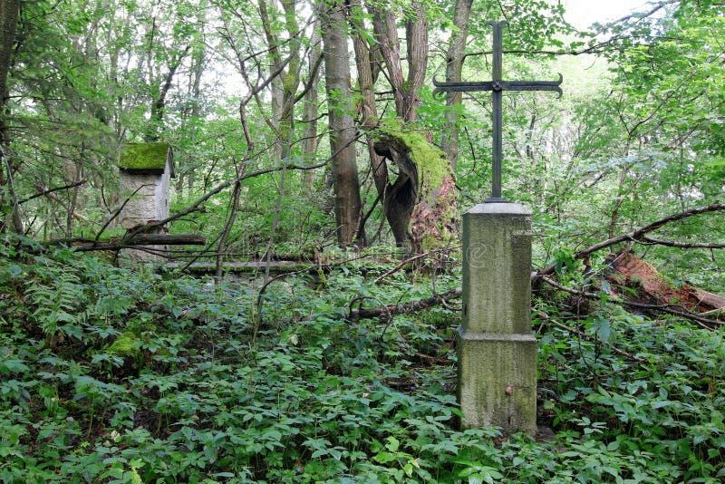 Cruz del hierro en un pueblo difunto imagen de archivo
