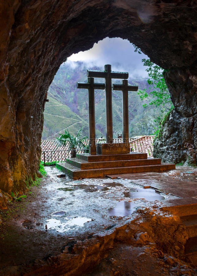 Cruz dentro da caverna santamente de Covadonga fotografia de stock