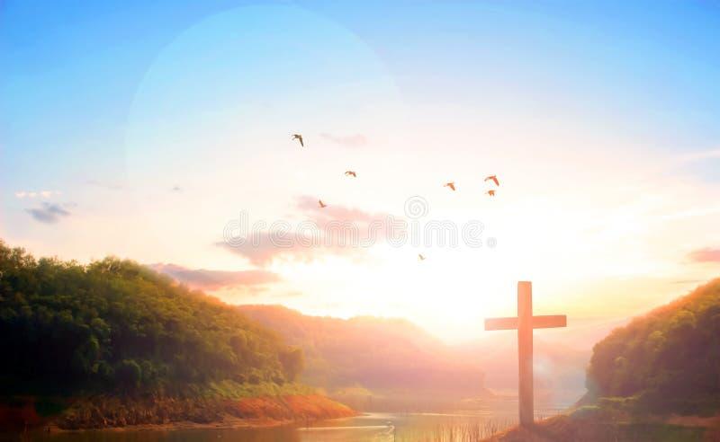 Cruz do šSilhouette do ¼ do conceptï da Páscoa no fundo do por do sol da montanha do calvário foto de stock