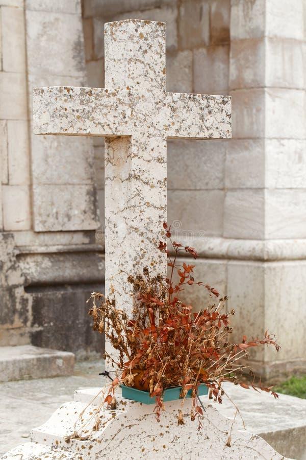 Cruz do granito em uma sepultura foto de stock royalty free