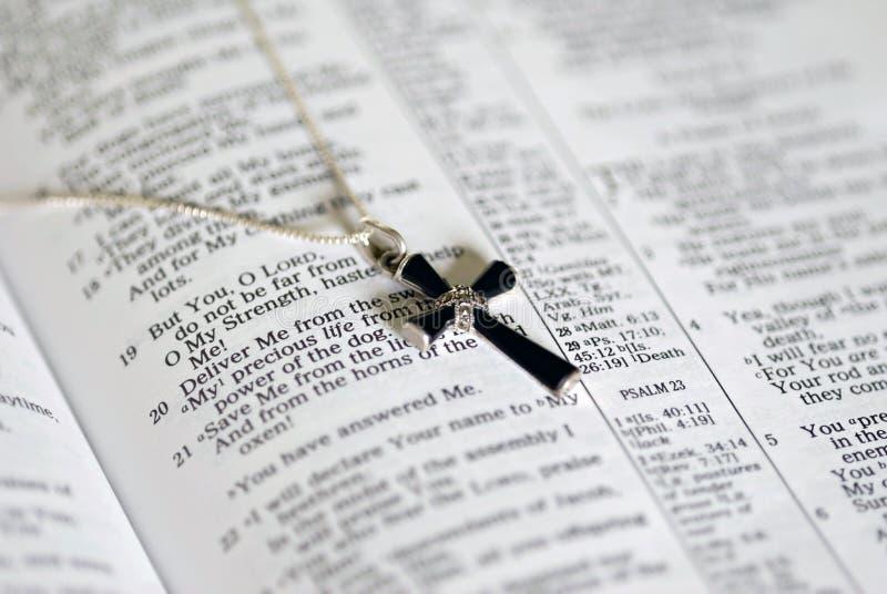 Cruz do Onyx no texto da Bíblia imagem de stock