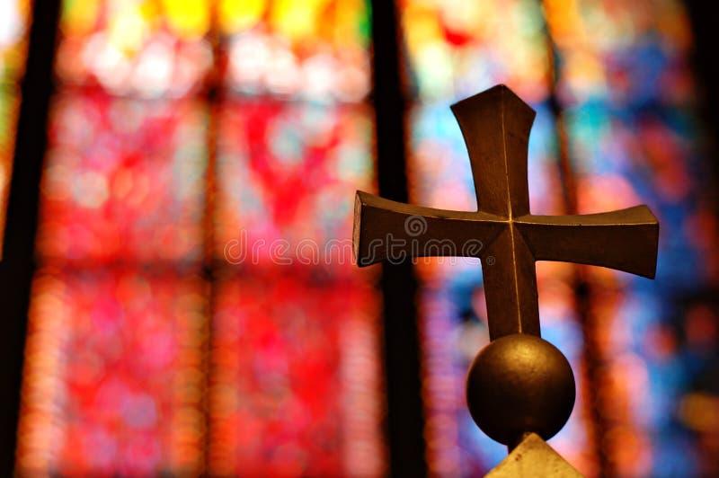 Cruz do ouro na igreja foto de stock royalty free