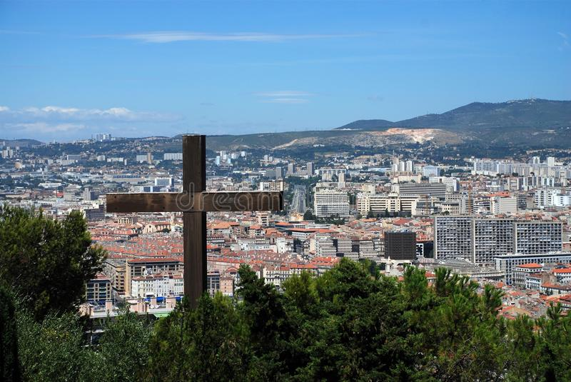 Cruz do primeiro plano com a cidade de Marselha foto de stock royalty free