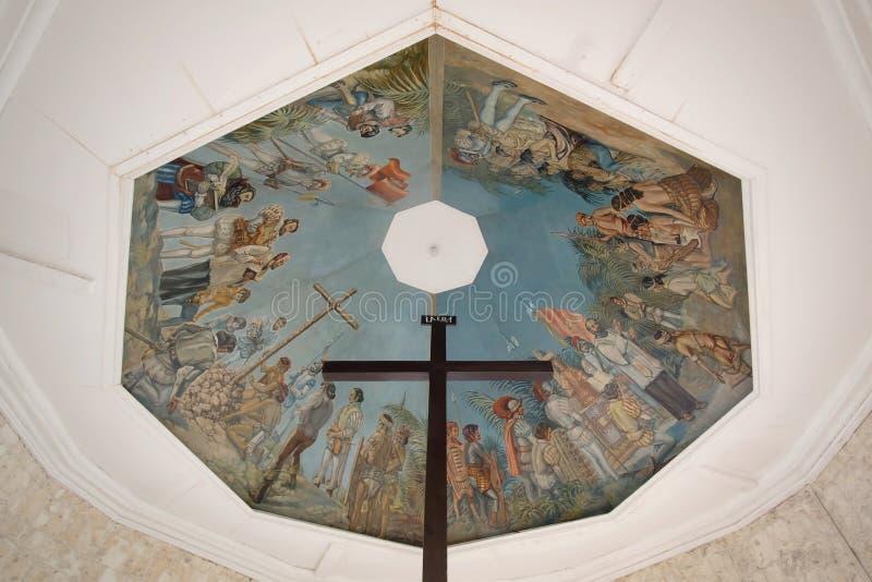 A cruz do ` s de Magellan e as pinturas do teto, cidade de Cebu, filipino foto de stock royalty free