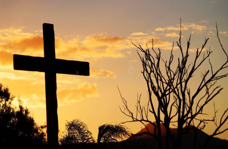 Cruz do salvação de Christ no monte no por do sol foto de stock
