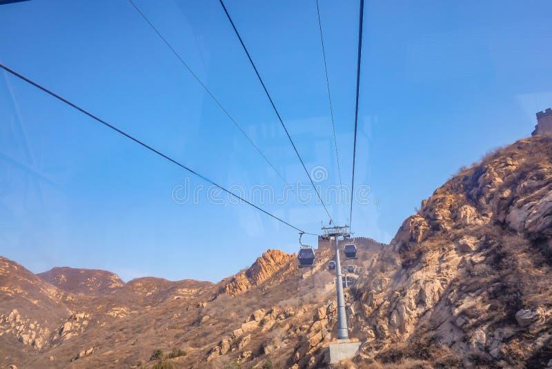 Cruz do teleférico a montanha ao Grande Muralha de China no Pequim foto de stock