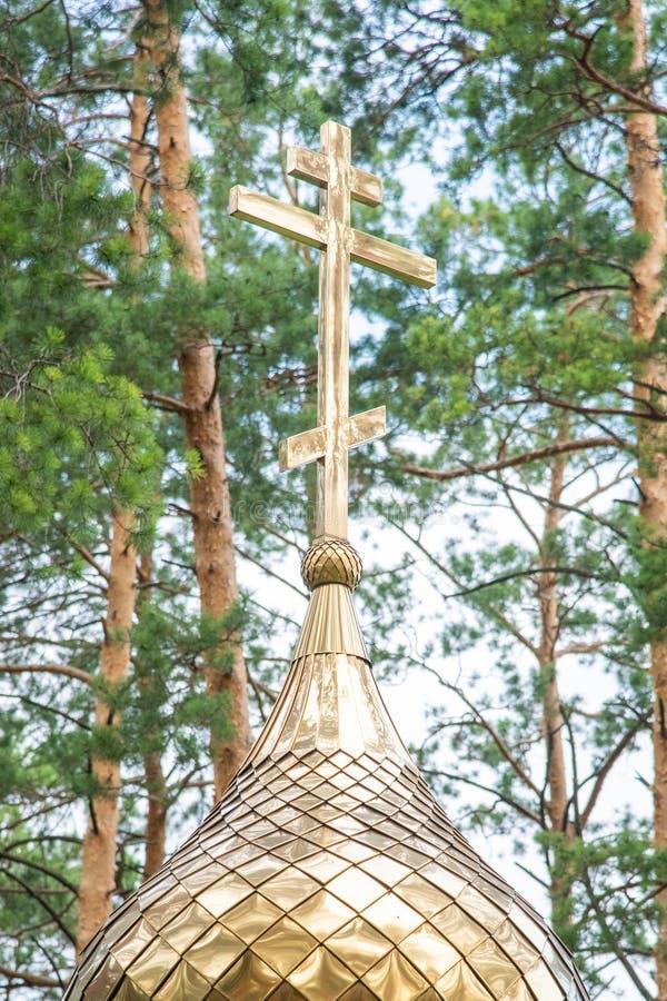 Cruz dourada na ab?bada da igreja ortodoxa imagens de stock royalty free