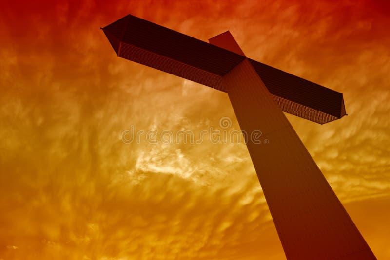 Cruz durante o por do sol fotografia de stock