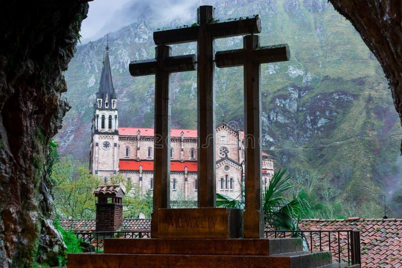 Cruz e Basílica de Covadonga, do interior da caverna santamente II imagem de stock royalty free