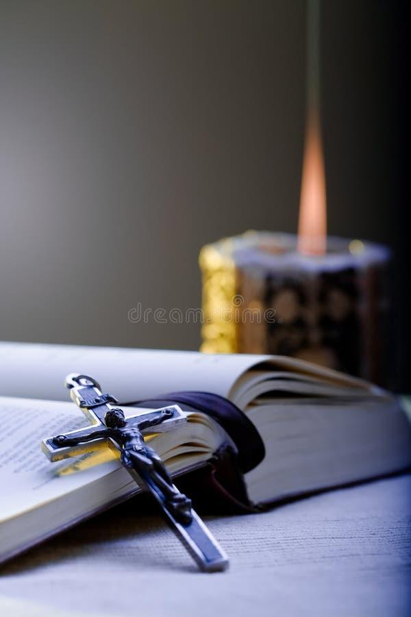 Cruz e Oração-livro imagem de stock royalty free