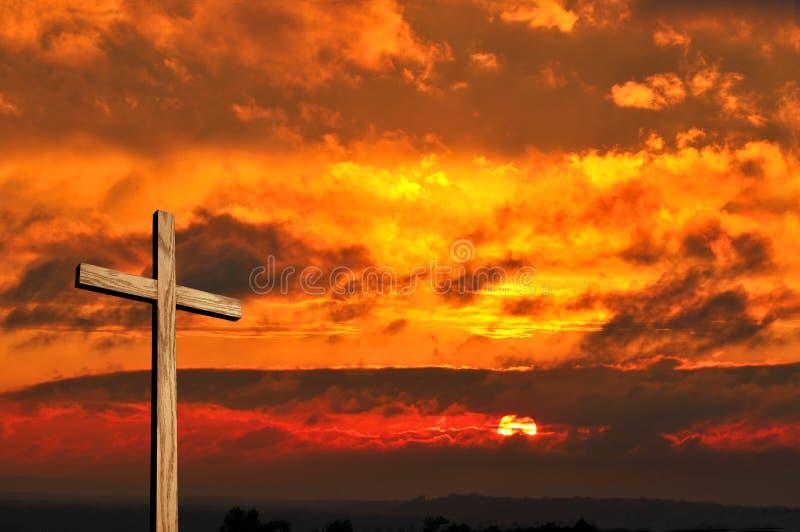 Cruz e por do sol de madeira foto de stock royalty free