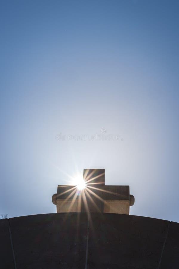 Cruz e raios de sol fotografia de stock royalty free