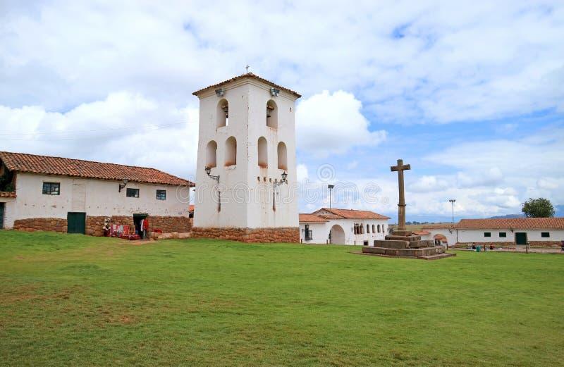 Cruz e torre de sino impressionantes da igreja colonial na cume de Chinchero, vale sagrado do Inca, Cuzco, Peru fotografia de stock