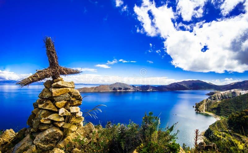 Cruz em Isla del Sol pelo lago Titicaca - Bolívia imagem de stock