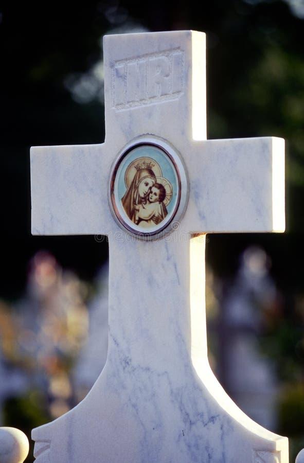 Cruz em um cemitério imagens de stock royalty free