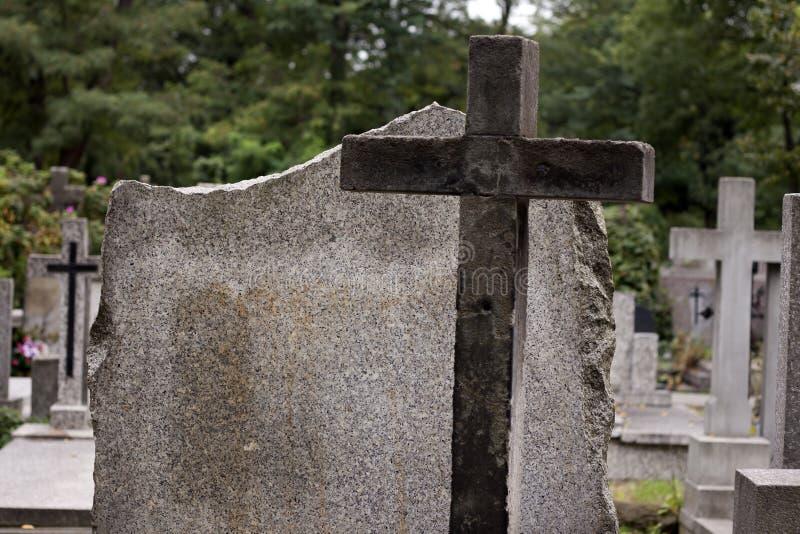Cruz en cementerio y la piedra sepulcral vacía fotos de archivo libres de regalías