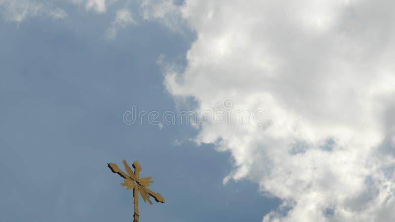 Cruz en cielo imágenes de archivo libres de regalías