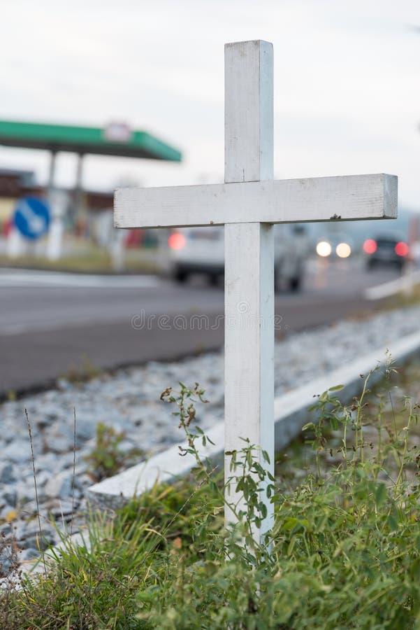 Cruz en el borde de la carretera - muertes del tráfico imágenes de archivo libres de regalías