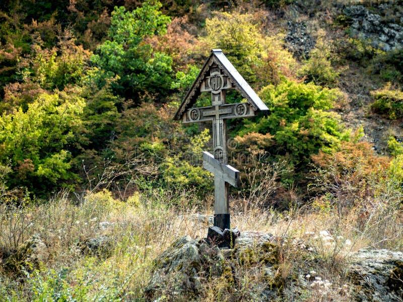 Cruz en el bosque imagenes de archivo
